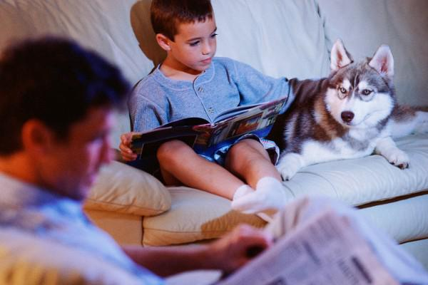 kids reading with dog