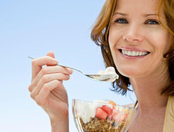 woman eating healty
