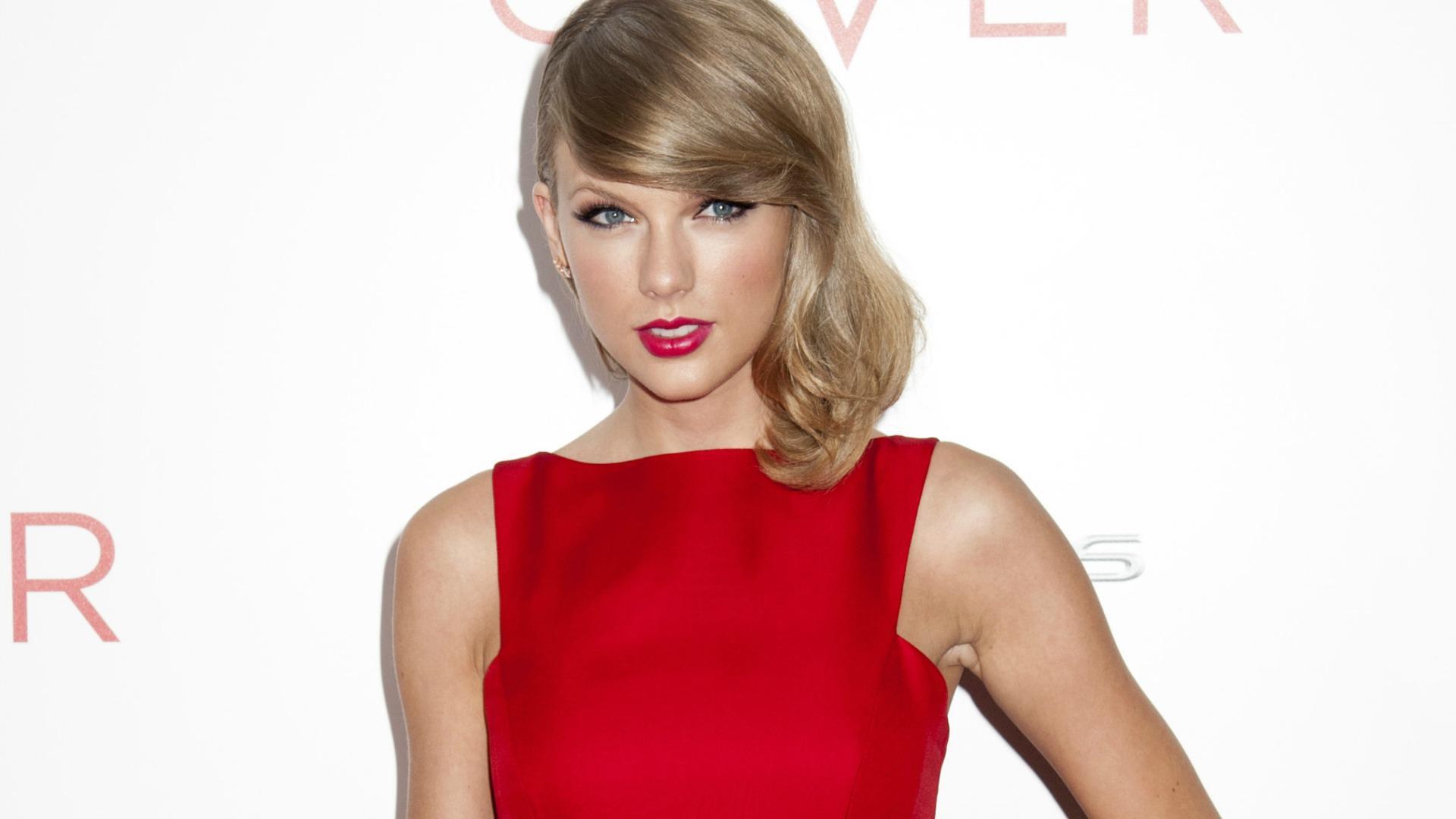 Taylor Swift, Jimmy Fallon get nerdy for <em>Ew!</em> skit (VIDEO)
