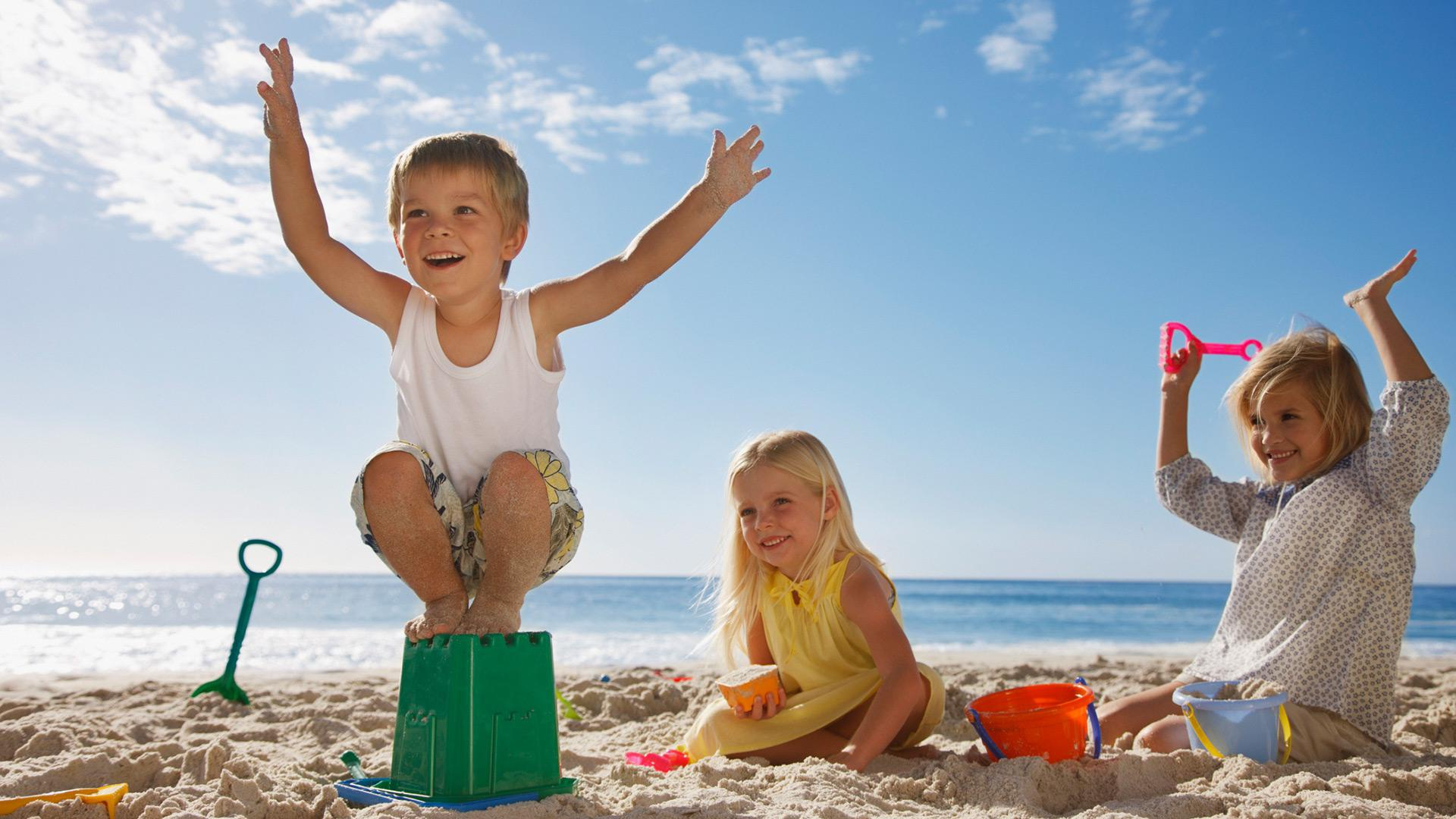 33 Fun things to bring to the beach with your kids