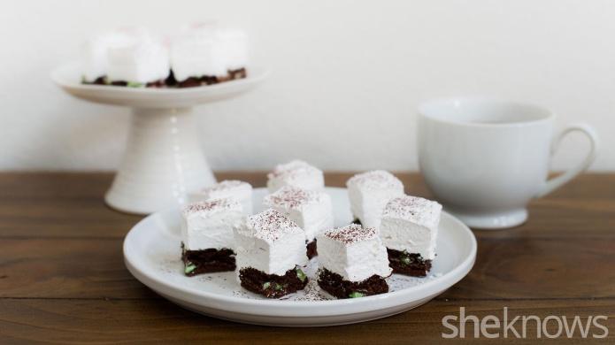 Mime-se com picadas de hortelã brownie com tampo de marshmallow