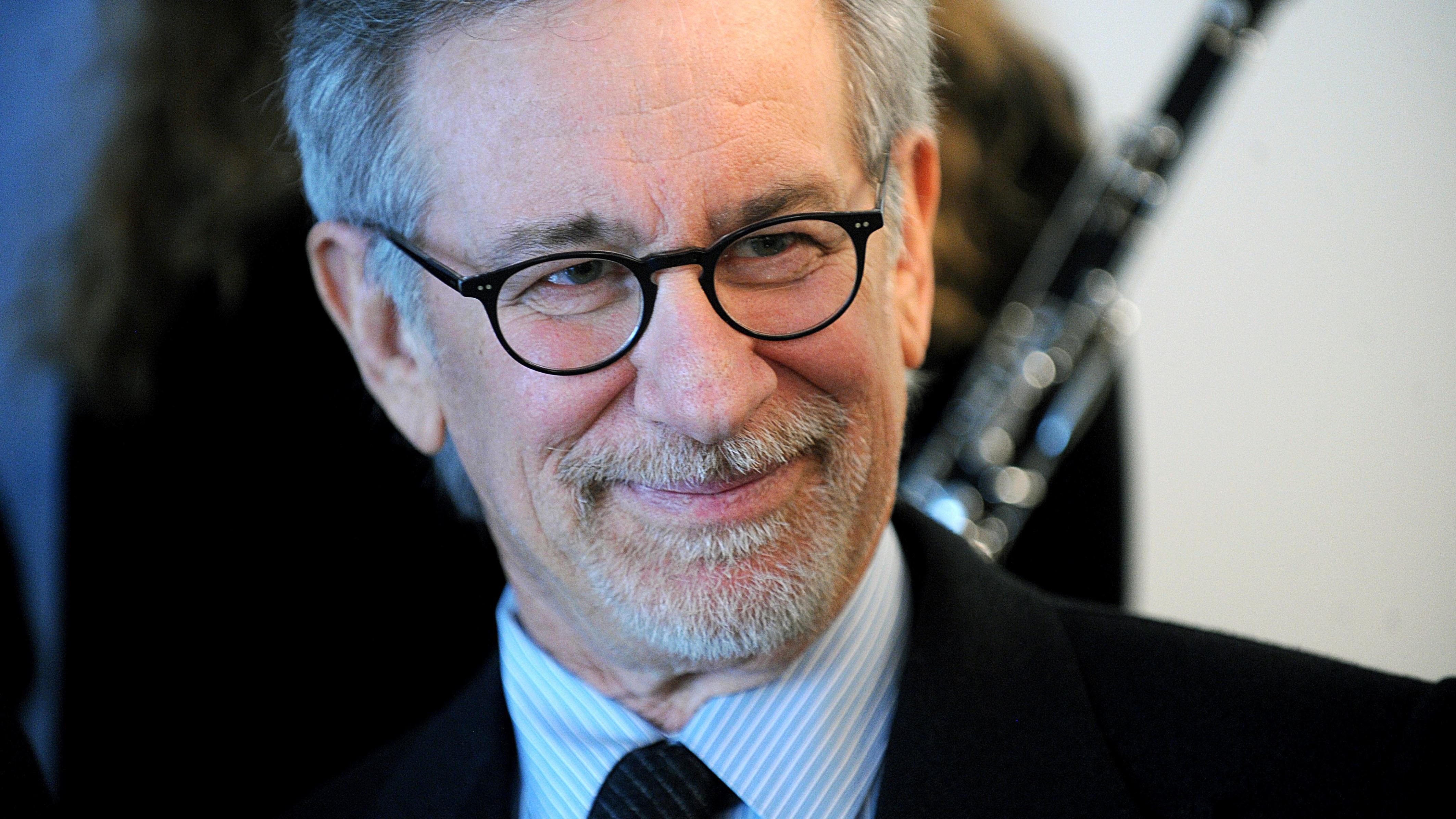 Steven Spielberg, dinosaur killer? Funniest reactions to (fake) viral photo