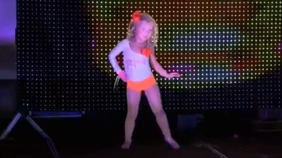 Pageant mom dresses her preschooler up as Hooters girl